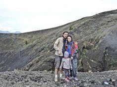Paweł Trefler wraz z rodziną przy kraterze wulkanu Paricutin w Michoacan. fot. Paweł Trefler
