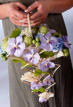 ~~ designed by Ingrid Quizy - Via Fleurs Creatif Magazine Art Floral, Floral Bags, Floral Design, Floral Centerpieces, Floral Arrangements, Floral Bouquets, Wedding Bouquets, Bouquet Champetre, Flower Bag