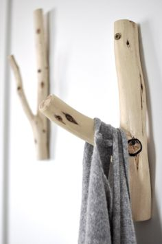 These wooden hangers would look great in a Colorado mountain home. Upcycled Furniture, Diy Furniture, Deco Nature, Wooden Hangers, Wooden Wall Hooks, Wood Projects, Photo Projects, Wood Crafts, Diy Home Decor