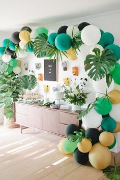 how to decorate you house and buffet for a themed party. jungle birthday party via Beijos Events. colorful balloon and big green leaves. come decorare casa e buffet per una festa a tema ispirato alla giungla. palloncini colorati e grandi foglie verdi #party