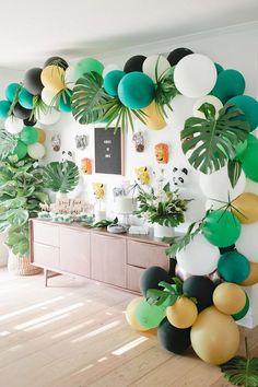 how to decorate you house and buffet for a themed party. jungle birthday party via Beijos Events. colorful balloon and big green leaves. come decorare casa e buffet per una festa a tema ispirato alla giungla. palloncini colorati e grandi foglie verdi #party