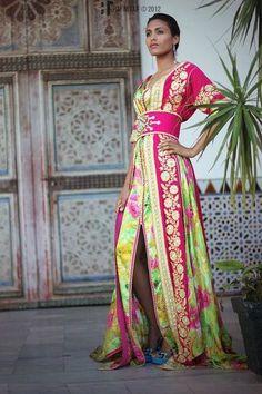 トルコの民族衣装のカフタン。長い前開きのガウンが特徴です。