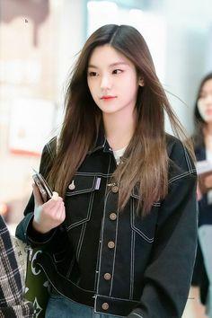 angel or devil? Kpop Girl Groups, Korean Girl Groups, Kpop Girls, Kpop Fashion, Fashion Outfits, Airport Fashion, Cool Girl, Cute Girls, Airport Style