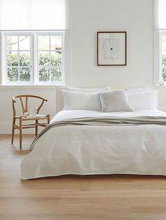 Branco e madeira no quarto. Basic #Bedroom