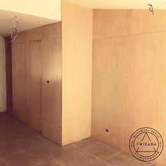 Pared forrada en madera de chaca compuesta de 2 puertas, una abatible,una corrediza y un nicho. #tricasa #woodworkgroup #excelenciaencarpinteria #tumejoropcion