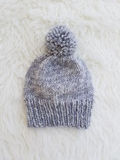 Free Beanie Pattern to Celebrate the End of Summer! Easy Sweater Knitting Patterns, Easy Knit Hat, Knit Beanie Pattern, Knitted Hats Kids, Knit Hats, Knitted Beanies, Knitted Slippers, Knit Cowl, Loom Knitting Projects