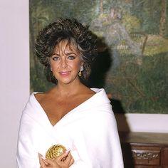 Elizabeth Taylor — Elizabeth Taylor: an enduring beauty icon: perfect. Elizabeth Taylor Schmuck, Elizabeth I, Hollywood Glamour, Old Hollywood, Hollywood Icons, American Film Festival, Violet Eyes, Gorgeous Body, British Actresses