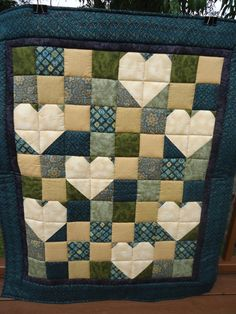 cool takeoff on a 4 patch quilt, I like the use of contrast! Not much into hearts as a motif, but this is pretty nice as an accent. I can see it in a child's quilt. Cute Quilts, Scrappy Quilts, Small Quilts, Mini Quilts, Quilting Tutorials, Quilting Projects, Quilting Designs, Quilting Ideas, Charm Pack Quilts