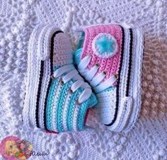 ВЯЗАНИЕ | VK Booties Crochet, Converse En Crochet, Crochet Baby Sandals, Knit Baby Booties, Crochet Baby Clothes, Newborn Crochet, Crochet Shoes, Baby Booties Free Pattern, Baby Shoes Pattern