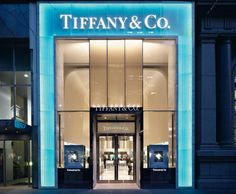 Tiffany OFF! Tiffany Co Melbourne where my engagement ring and wedding band came from :) Design Exterior, Facade Design, Jewelry Store Design, Jewelry Stores, Retail Facade, Facade Lighting, Luxury Store, Luxury Blog, Shop Fronts