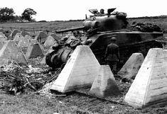 """13 de Septiembre de 1944. La 3ª División Blindada penetra en la Línea Sigfrido cerca de Aquisgrán. En la foto un M4 Sherman junto a unos """"dientes de dragón""""."""