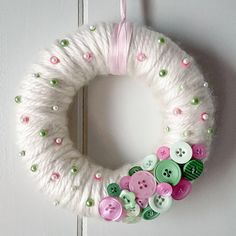 Brighten up your decor with a yarn-wrapped button wreath!, Brighten up your decor with a yarn-wrapped button wreath! - Brighten your decor with a yarn-wrapped button wreath! Wreath Crafts, Diy Wreath, Yarn Crafts, Sharpie Crafts, Tulle Wreath, Bead Crafts, Diy Crafts, Easter Wreaths, Holiday Wreaths