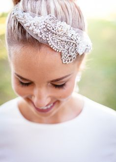 headpiece #whitewedding #outdoorwedding #weddingchicks http://www.weddingchicks.com/2014/01/06/weekend-wedding/
