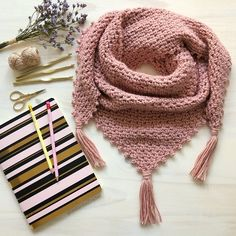 Crochet friends, the day has come for us to knit together the … Crochet Scarves, Crochet Shawl, Crochet Clothes, Knit Crochet, Sweater Knitting Patterns, Crochet Patterns, Cute Scarfs, How To Purl Knit, Crochet Videos