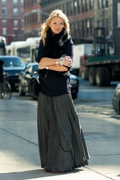 Stylish And Comfy Winter Maxi Skirt Outfits Ideas 14 Maxi Skirt Outfits, Long Maxi Skirts, Pleated Maxi, Flowy Skirt, Dress Long, Dress Skirt, Gray Skirt, Silk Skirt, Skirt Pic