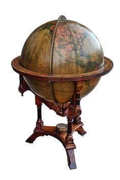 старинные глобусы для декора, отсылающие к идее мирового влияния и…