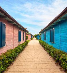 Kemp u moře - Nuovo Natural Village, Itálie - Porto Recanati. Dřevěné bungalovy s vlastní kuchyňkou a koupelnou, veranda s posezením, TV, trezor, klimatizace. Blízko pláže, bazén pro děti a dospělé, sluneční terasa, hřiště, wifi, obchod a restaurace.