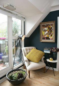 fauteuil cuir ikea beige dans le salon avec parquette clair en bois