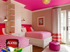 Usar cores neutras nas paredes e uma cor mais forte no teto é uma opção para inovar na decoração do quarto.