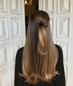 Here's Every Last Bit of Balayage Blonde Hair Color Inspiration You Need. balayage is a freehand painting technique, usually focusing on the top layer of hair, resulting in a more natural and dimensional approach to highlighting. Brown Blonde Hair, Brunette Hair, Black Hair, Blonde Honey, Brunette Ombre, Brunette Color, Honey Hair, Curly Hair Styles, Styles For Long Hair