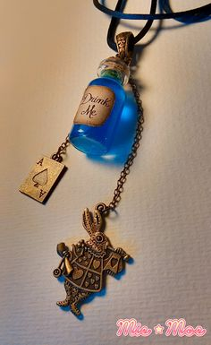 Alice in Wonderland Necklace, Drink Me Necklace, Bottle charm, bottle necklace… Bottle Necklace, Bottle Charms, Glass Bottle, Estilo Disney, Alice Madness, Drink Me, Mad Hatter Tea, Fantasy Jewelry, Pendant Set
