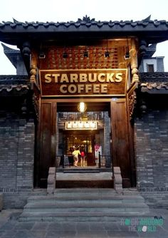 Starbucks Coffee in der Kuanxiangzi Alley (Kuan Alley) in Chengdu, China