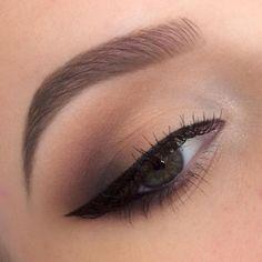 Wunderschön geformte Augenbrauen. Perfekt und natürlich!