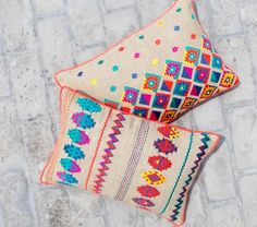 Colorful bohemian style linen pillow cover embroidered by VLiving --- Girls PlayroomKilim collection presents 2 designs, inspired by the classic KILIM patterns.Epitomising artistic versatility the cushions are made of linen embroide. Aztec Pillows, Diy Pillows, Linen Pillows, Throw Pillows, Embroidery Patterns, Hand Embroidery, Couture Main, Diy Cushion, Boho Stil