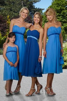 love this idea (diffrent color though) maid of honor in one color,allother bridesmaids in same color