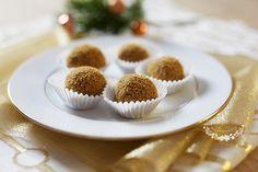Také tak milujete dort medovník plný lahodného medu? Teď si ho můžete dopřát v podobě malých kuliček, které skvěle zapadnou mezi vaše oblíbené druhy vánočního cukroví. Doporučujeme dělat z dvojité dávky, protože se po nich tak rychle zapráší, než je stačíte dát na vánoční stůl. Na medovníkové koule potřebujete: Na těsto: 500 g hladké mouky … Small Desserts, Sweet Desserts, Sweet Recipes, Christmas Sweets, Christmas Candy, Christmas Cookies, How Sweet Eats, Healthy Cooking, Healthy Recipes