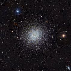 Шаровое скопление M13 в Геркулесе — одно из самых ярких шаровых звездных скоплений на северном небе, находящееся от нас на расстоянии 25 000 световых лет. Много это или мало? Для сравнения, ближайшая к Солнцу звезда удалена от нас всего на 4 световых года. Размеры этого шарового скопления — 150 световых лет. (Фото Martin Pugh)
