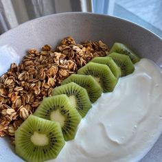 Stovetop granola yoghurt bowl with kiwi WOW this breakfast was incredible! This 3 ingredient granola is. Cute Food, Good Food, Yummy Food, Healthy Snacks, Healthy Recipes, Snacks Recipes, Think Food, Food Is Fuel, Food Goals