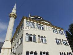 Sandfarbene Moschee mit Minarett in Dogancay am Sakarya Fluss bei Adapazari in der Türkei