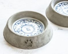Cement and ceramic dog bowl. Design by Miss-Rosamond at DaWandaUnbreakable dog bowls for outside on patio! Puppy proof and personalized! Cement Art, Concrete Cement, Concrete Crafts, Concrete Projects, Concrete Design, Beton Design, Ceramic Dog Bowl, Papercrete, Creation Deco
