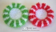 오늘은 제가 만들었던 크리스마스 리스 수세미 도안을 올려볼까 합니다. 하루 종일 일이 많아서 이 야심한 ... Chrochet, Knit Crochet, Crochet Kitchen, Crochet Projects, Crochet Earrings, Crochet Patterns, Diy Crafts, Embroidery, Knitting