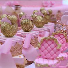 Festa de hoje: Minnie Princess para a Alice no Magic Point! Fotos by @krikafotos  Buffet: @buffetmagicpoint Decoração: @douceenfant  Personalizados papelaria: @mimosseluxos Fotografia: @krikafotos  e @markaimagens  Filmagem: @i9filmeskids Doces Personalizados: @mimosedeliciasgo Bolo: @carolmarcelinobolos Iluminaçao: @uniproducao Flores e arranjos de mesa: @heliolsilva Lembranças: @luckbrind Vestido: @viafloraforgirls  #douceenfant#douceenfantatelierdefestas #kidsparty #decoracaoinfantil…