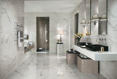 Banheiro com porcelanato imitando mármore carrara