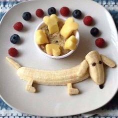 bananen-hondje met rode en zwarte bessen