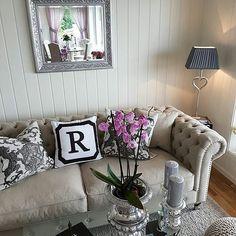 #Repost @randikaroliussen  Regn ute så koselig å være inne å pusle  Ha en fin dag!  #laserenasofasand fra @classicliving #myhome #interiør #interior4all #classicliving #interiordesign #interior #finehjem #lovelyinterior #livingroom