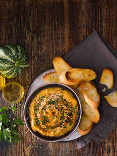 Tenhle hummus se obejde bez cizrny, ale díky sezamové pastě chutná nasládle a výrazně oříškově – nebojte se jej tedy klidně přiostřit.