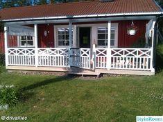Trädgårdsplank - Hemma hos Don-T Porch Railing Designs, Front Porch Design, Grand Veneur, Low Maintenance Yard, Outdoor Landscaping, Outdoor Decor, Cottage Porch, Farm Yard, Garden Furniture