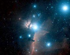 IC 434. Tamanho da imagem: 2.7°x2.1°. Imagem DSS. © CalTech/Palomar  Esquerda - A região da IC 434 nos arredores da estrela luminosa Zeta Orionis. A nebulosa IC 434 é avermelhada nebulosa de emissão que se extende para baixo da estrela. A escura nebulosa Cabeça de Cavalo é vista introduzindo-se na nebulosa. A esquerda de Zeta Orionis está NGC 2024, também chamada de 'Nebulosa Flame' porque lembra a chama de uma vela.