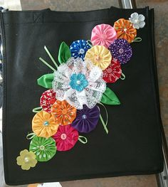 Patchwork Cushions Tutorials 15 Ideas The Effective Pictures We Offer You About DIY Fabric Flowers decor A quality picture can tell you many things. Cloth Flowers, Fabric Flowers, Fabric Bags, Fabric Scraps, Quilt Patterns, Sewing Patterns, Sewing Crafts, Sewing Projects, Yo Yo Quilt