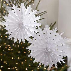 Découper une guirlande de flocons de neige en papier