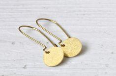 Vergoldete Ohrringe mit Messing-Punkten von Saimana´s Pearls  auf DaWanda.com