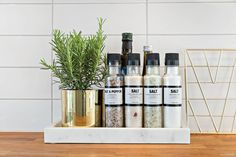 Modern Kitchen Counters, Kitchen Countertops, Galley Kitchens, Home Kitchens, Clever Kitchen Storage, Small Apartment Decorating, Room Goals, Tray Decor, Home Reno
