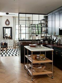 Une vue sur la cuisine avec un sol de carrelage en noir et blanc