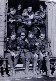 A felvételen látható munkásszázad tagjait 1943 tavaszán szállították ki a keleti frontra. Az embertelen körülmények, az éhezés, a fagyhalál, a kiütéses tífusz, valamint a kerettagok kegyetlenkedései miatt a század 90%-a elpusztult. Hungary, Soldiers, Ww2, The Past, Army, History, Gi Joe, Historia, Military