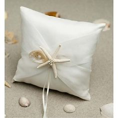 What a nice detail to have a ring pillow with sea shells, perfect complement for a beach-themed wedding. Repin if you also like it!