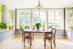 Husets vackra glasveranda som används som matrum. Kitchen Cabinet Design, Kitchen Cabinets, Dining Area, Living Rooms, New Homes, Villa, Home And Garden, Windows, House